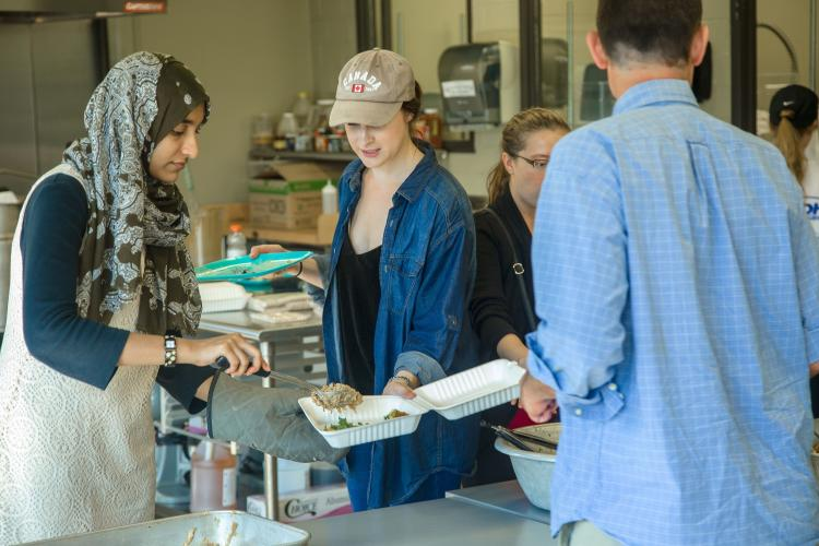 UK students serve meals to other students on campus as part of the Farm-to-Fork program. Photo by Matt Barton, UK agricultural communications.