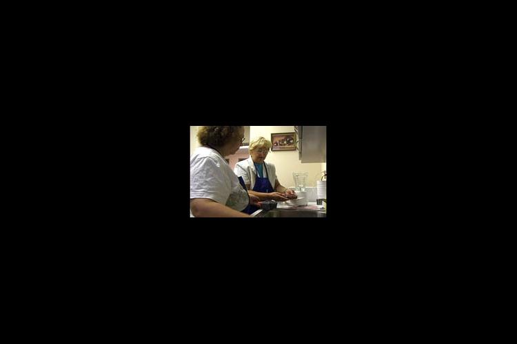 Master Food Volunteers Mary Rose Mattei and Marda Dewey prepare a healthy smoothie using fresh fruit.