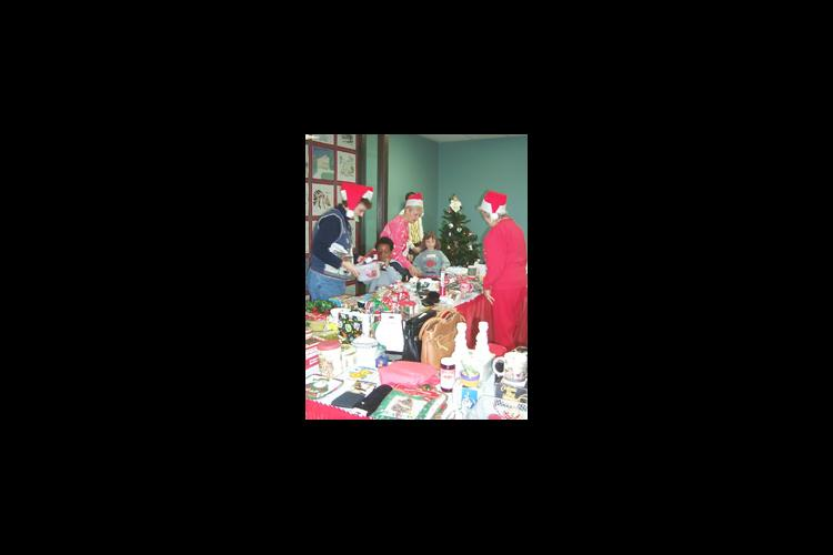 Lyon County Extension Homemakers assist Head Start children to select holiday gifts for family members